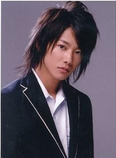 長髪がとても似合ってる佐藤健さん。学校ものでも全然違和感ない。26歳の今、学生ものをやったらきついと思われる俳優さんが多い中佐藤健さんは生徒役を演じても違和感